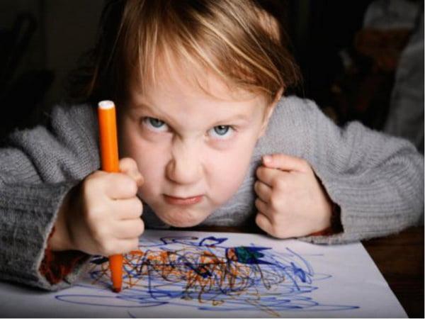Агрессивный ребенок с маркером