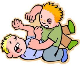 Дети дерутся со сверстниками