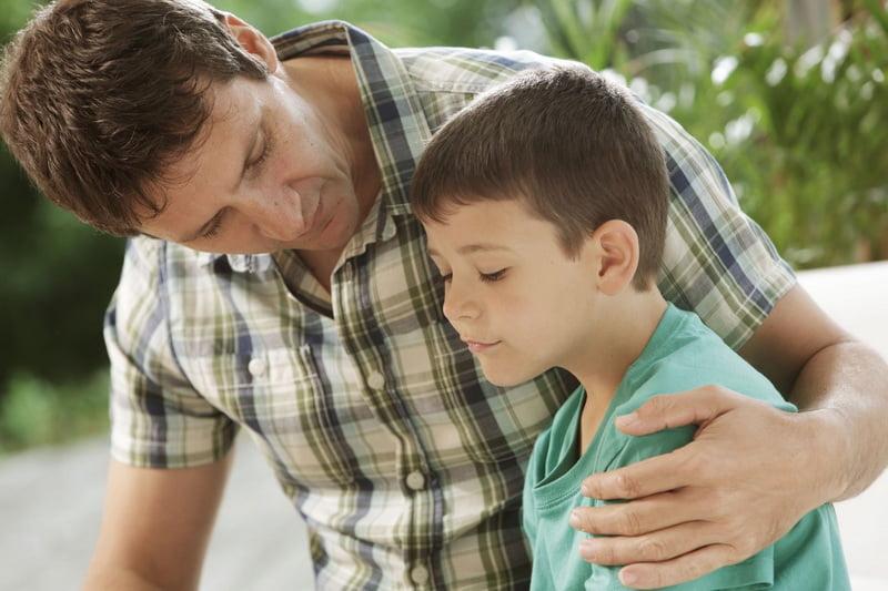 Отец поддерживает сына