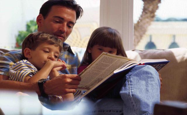 Папа читает с детьми