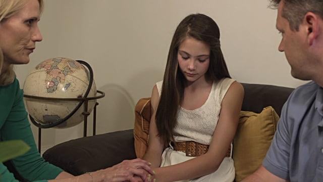 Родители говорят с дочкой