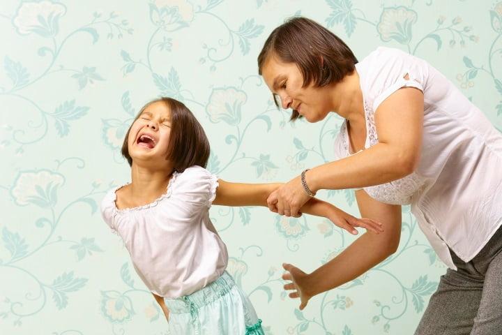 Мама шлепает дочь