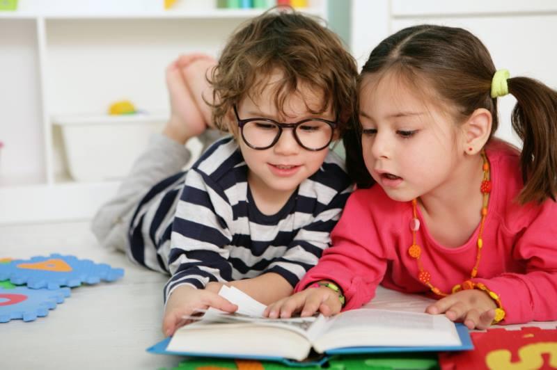 Девочки 5 лет листают книгу