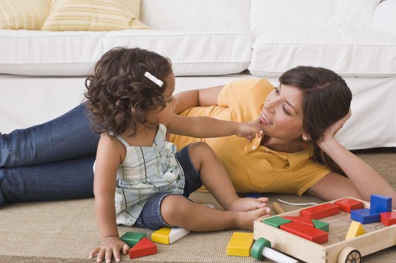Мама учит ребенка разговаривать