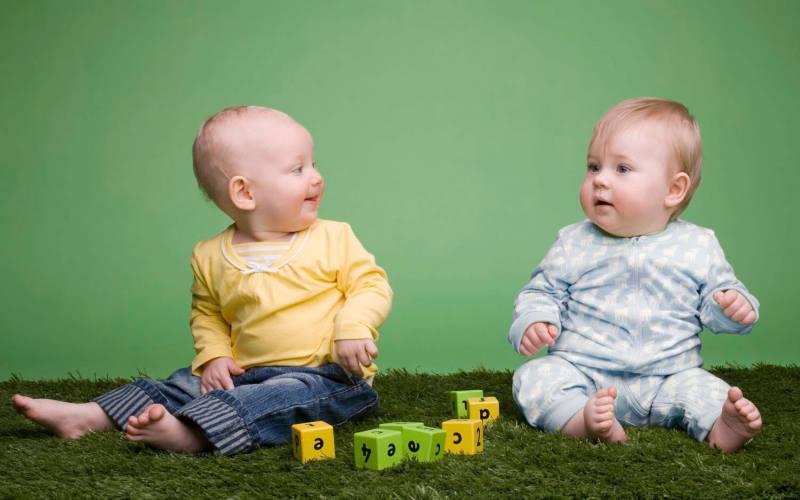 двое детей раннего возраста