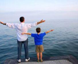 Отец и сын проводят время вместе