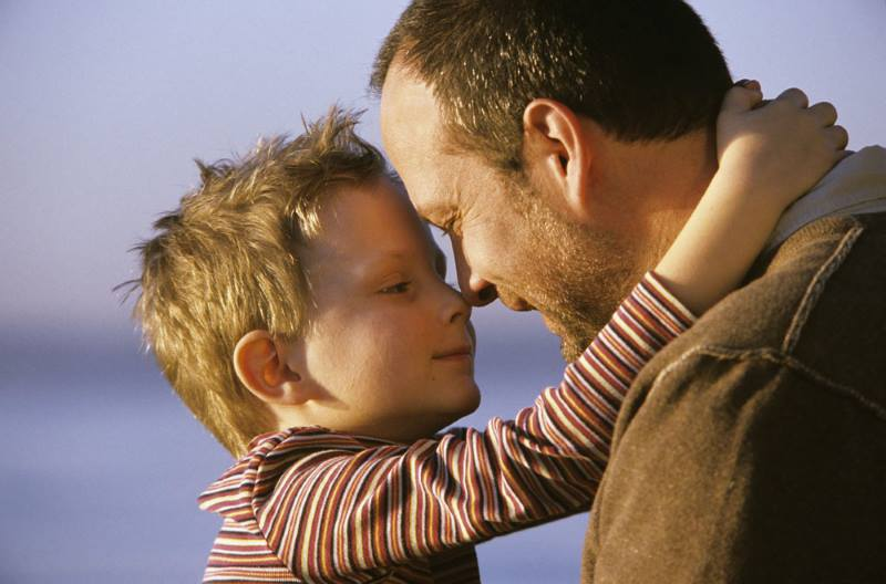 Ребенок обнимает отца