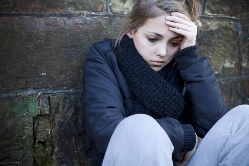 Девочка-подросток грустит