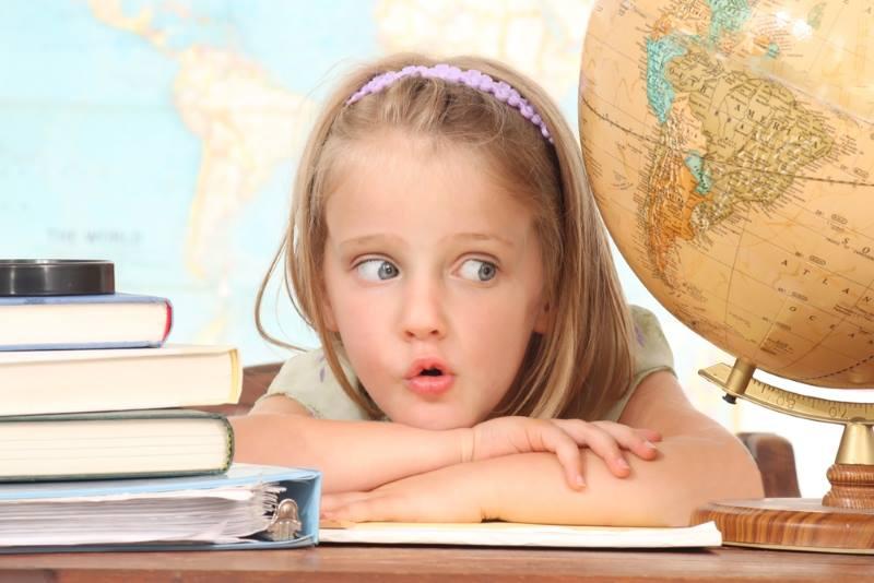 Девочка с книгами и глобусом