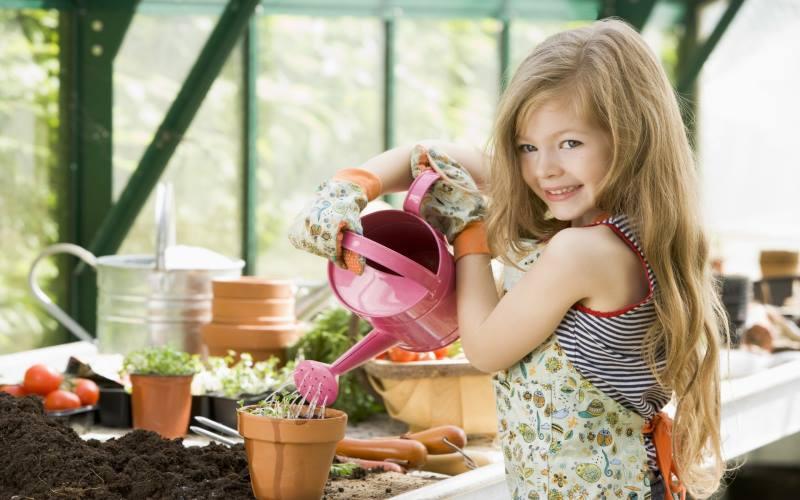 Девочка сажает цветы