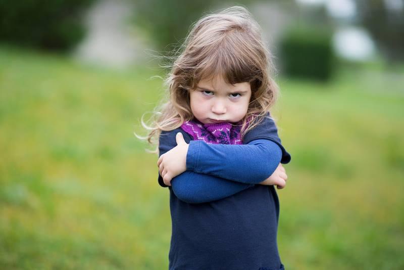 Маленькая девочка обижается
