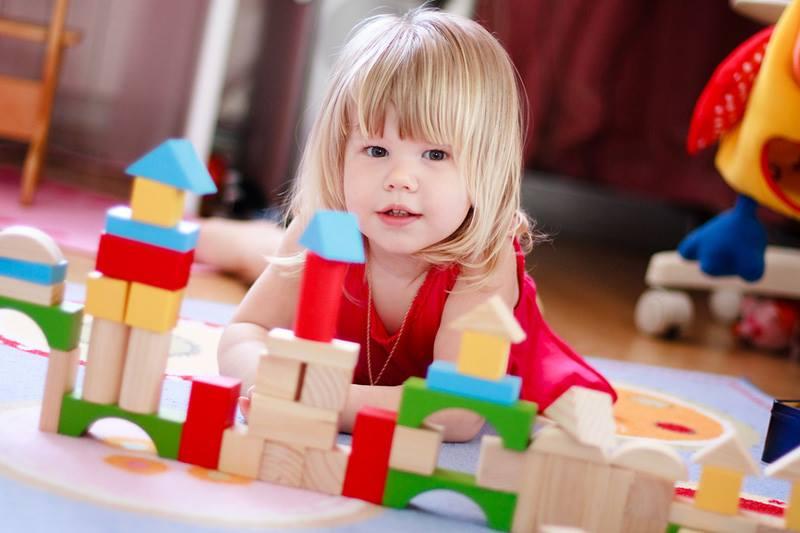 Маленькая девочка с кубиками
