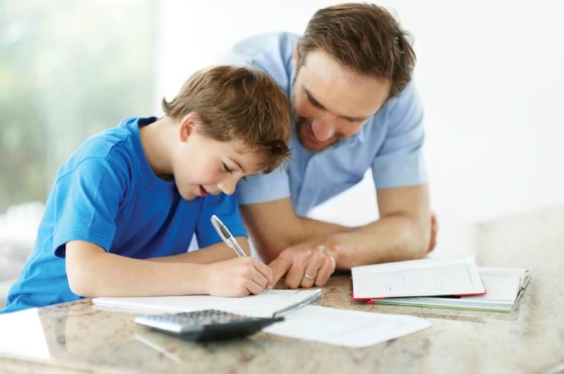 Папа с сыном делают уроки