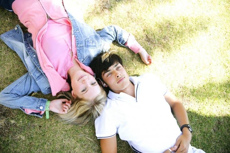 Подростки лежат на траве