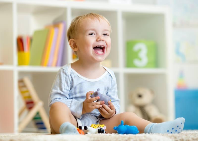 Ребенок играет и улыбается