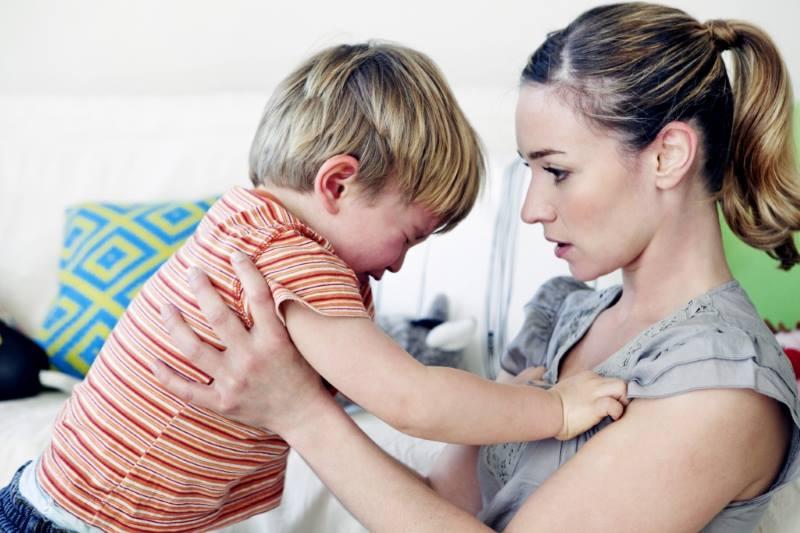 Ребенок капризничает у мамы на руках