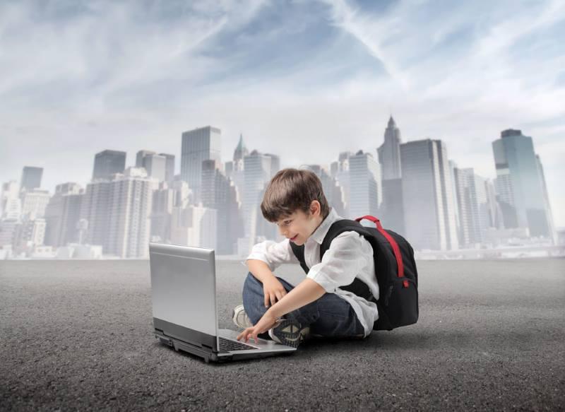 Ребенок перед компьютером