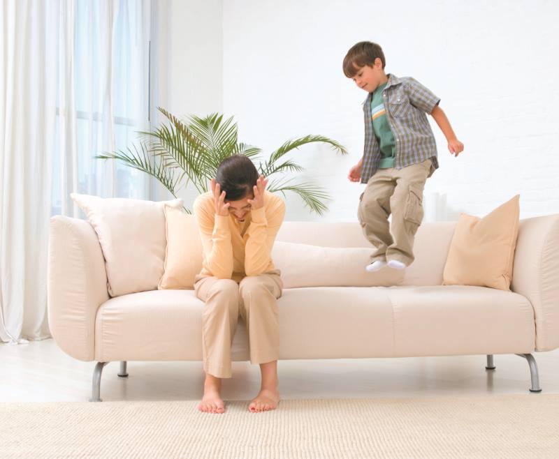 Ребенок прыгает на диване