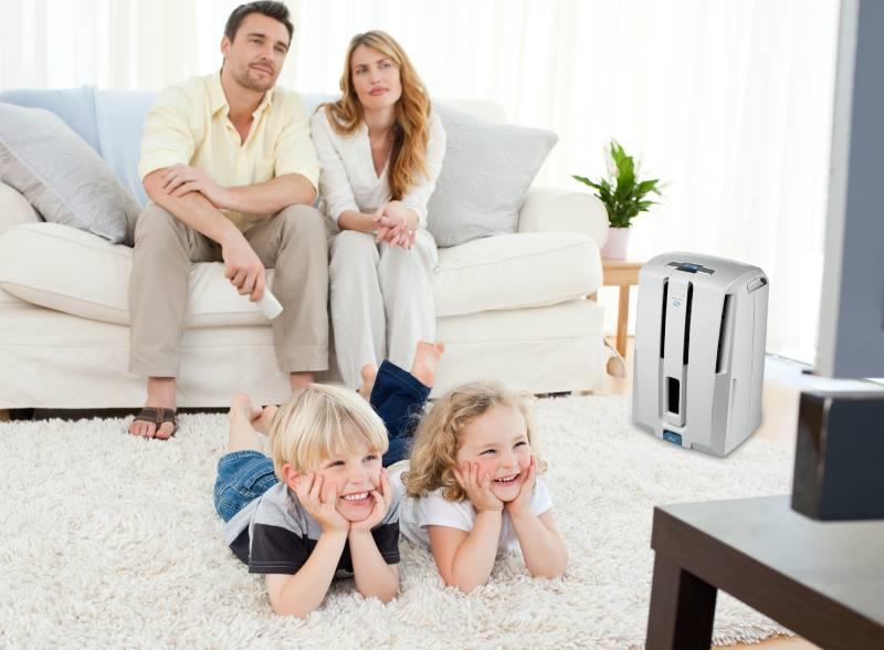 Родители и дети смотрят телевизор