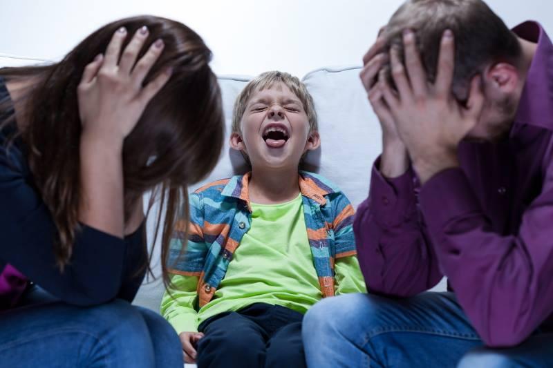 Родители и кричащий ребенок