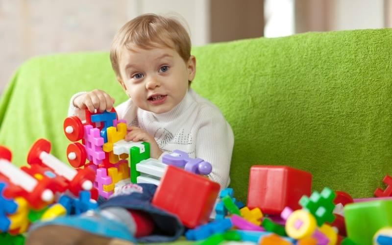 Ребенок 3 лет играет