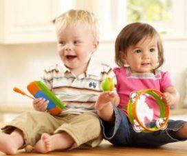 Дети раннего возраста с игрушками