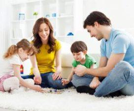 Семья занята игрой