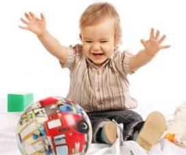 Ребенок 2 лет играет с мячом