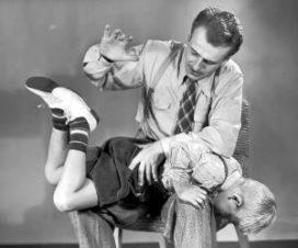Отец бьет своего ребенка