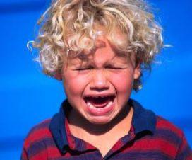 Ребенок капризничает и плачет
