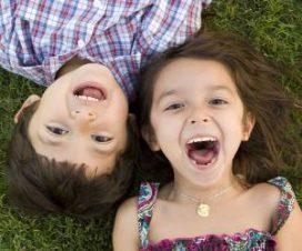 Счастливые девочка и мальчик