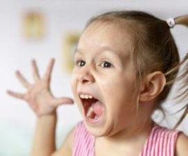 Маленькая девочка кричит