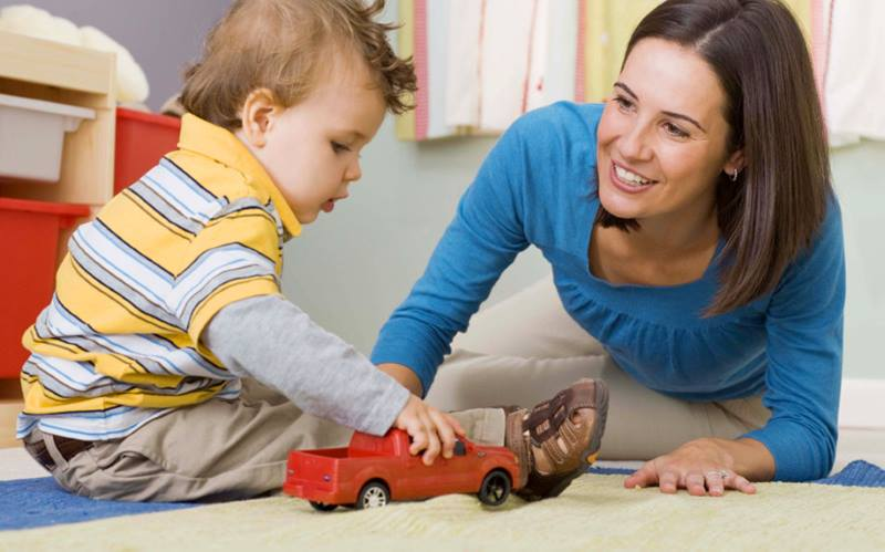Мама играет с мальчиком 2 лет
