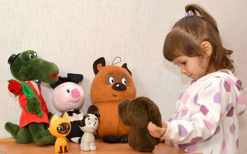 Ребенок разговаривает с игрушками