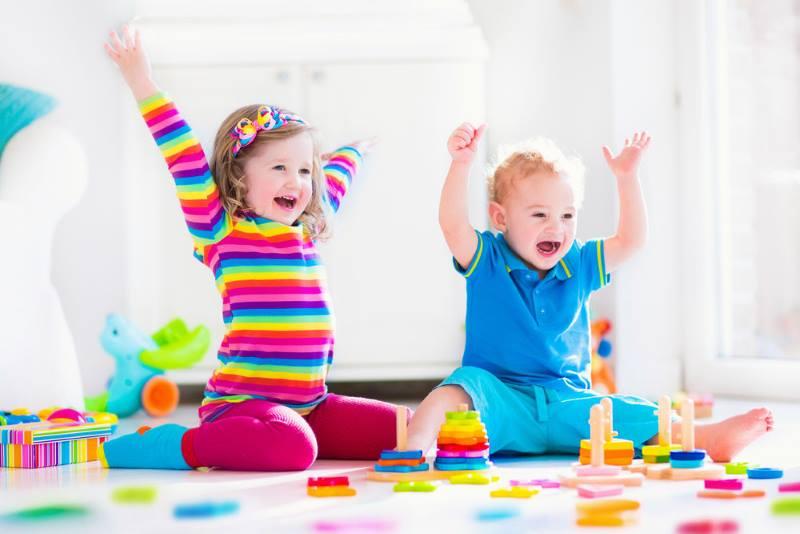 Мальчик 2 лет играет с девочкой