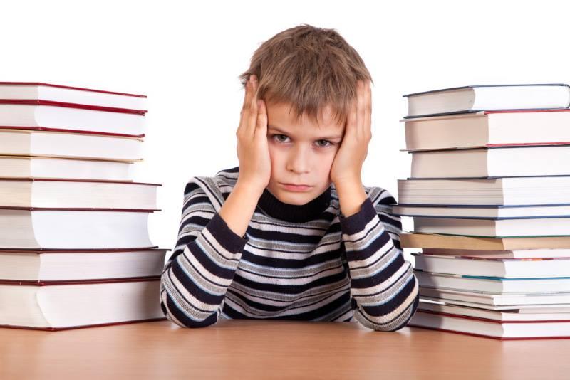 Ребенок среди книг