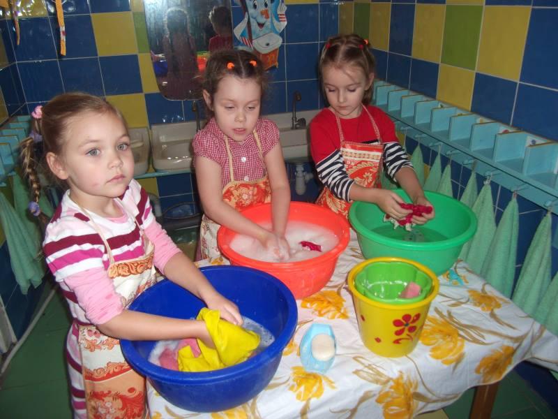 Дети стирают