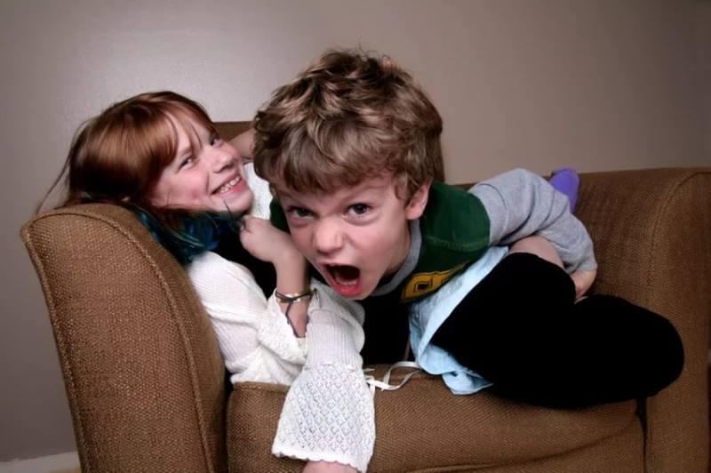 Гиперактивные дети на кресле