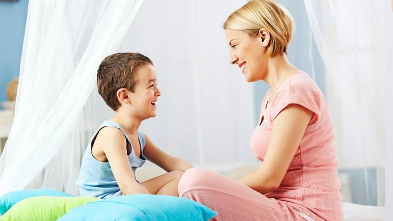 Мама с ребенком разговаривают
