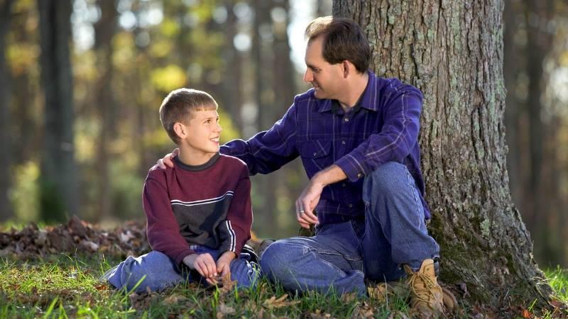 Отец воспитывает сына