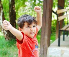 Ребенок машет кулаками
